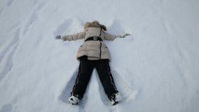 Menina que joga no anjo da neve video estoque