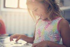 Menina que joga no campo de jogos Menina que joga com brinquedos Imagens de Stock Royalty Free