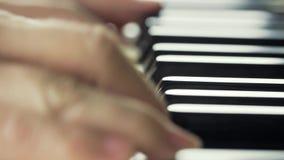 Menina que joga no close-up 4K do piano vídeos de arquivo
