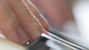 Menina que joga no close-up 4K dos dedos do piano vídeos de arquivo