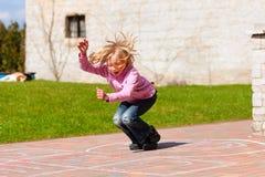 Menina que joga no jardim da mola que tem o divertimento Fotos de Stock