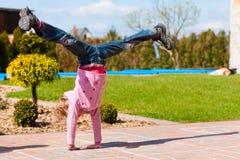 Menina que joga no jardim na mola Fotografia de Stock Royalty Free