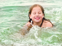 Menina que joga no mar Foto de Stock Royalty Free