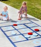 Menina que joga no parque. Imagens de Stock Royalty Free