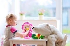 Menina que joga no pré-escolar ou em casa Imagens de Stock Royalty Free