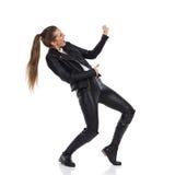 Menina que joga o Air Guitar foto de stock