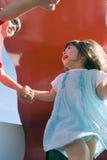 Menina que joga o anel em torno do rosado Fotografia de Stock