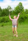 Menina que joga o badminton imagens de stock royalty free