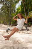 Menina que joga o balanço na praia Fotos de Stock Royalty Free