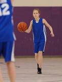 Menina que joga o basquetebol Fotografia de Stock Royalty Free