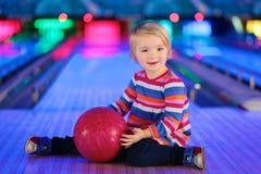 Menina que joga o bowling Imagem de Stock