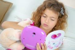 Menina que joga o brinquedo eletrônico imagens de stock