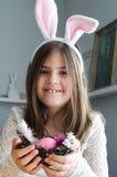 Menina que joga o coelhinho da Páscoa Fotos de Stock Royalty Free