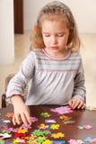 Menina que joga o enigma imagem de stock royalty free