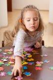 Menina que joga o enigma foto de stock royalty free