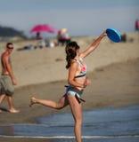 Menina que joga o frisbee Imagem de Stock