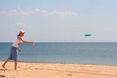 Menina que joga o frisbee Fotografia de Stock