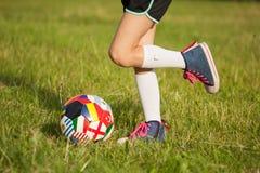 Menina que joga o futebol imagem de stock