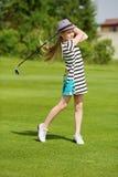 Menina que joga o golfe Imagem de Stock Royalty Free