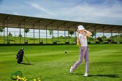 Menina que joga o golfe Foto de Stock Royalty Free