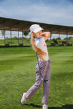 Menina que joga o golfe Fotografia de Stock