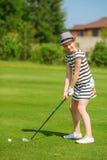 Menina que joga o golfe Fotografia de Stock Royalty Free