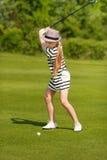 Menina que joga o golfe Fotos de Stock Royalty Free