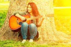 Menina que joga o guitare foto de stock royalty free