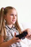 Menina que joga o jogo video. Imagens de Stock