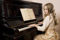 Menina que joga o piano Imagem de Stock Royalty Free