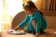 Menina que joga o piano do brinquedo Fotos de Stock