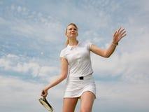 Menina que joga o tênis no fundo do céu Imagens de Stock Royalty Free