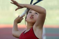 Menina que joga o tênis Imagens de Stock