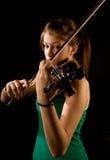 Menina que joga o violino Fotografia de Stock