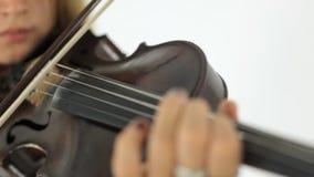 Menina que joga o violino com inspiração video estoque