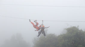 Menina que joga o zipline na névoa Fotos de Stock