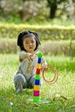 Menina que joga quoits Fotografia de Stock Royalty Free