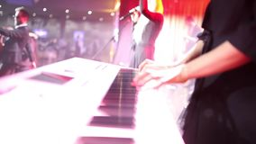 Menina que joga teclados na fase durante o desempenho filme