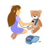 Menina que joga um doutor com o urso de peluche do luxuoso Fotografia de Stock Royalty Free