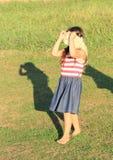 Menina que joga um jogo Foto de Stock Royalty Free
