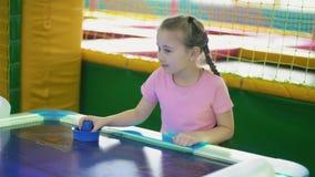 Menina que joga um jogo de mesa filme
