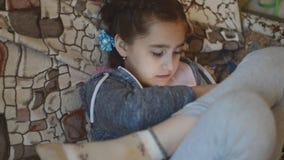 Menina que joga um jogo em uma tabuleta vídeos de arquivo