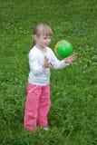 Menina que joga uma esfera Imagens de Stock Royalty Free
