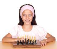 Menina que joga a xadrez imagem de stock