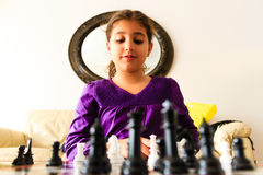 Menina que joga a xadrez imagens de stock royalty free