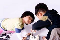 Menina que joga a xadrez Fotos de Stock
