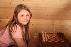 Menina que joga a xadrez Foto de Stock Royalty Free