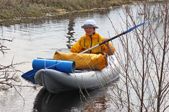 Menina que kayaking entre os arvoredos Fotografia de Stock