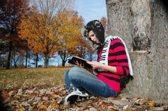 Menina que lê a Bíblia Foto de Stock