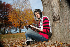 Menina que lê a Bíblia Fotografia de Stock